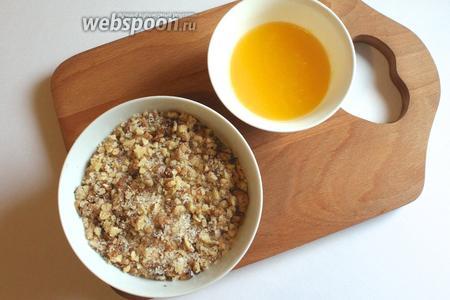 Приготовить начинку: смешать мёд и масло, отдельно сахар и орехи. Орехи перед этим обжарить и измельчить.