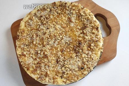 Разделить тесто на 2 части. Раскатать в круг, уложить в смазанную сливочным маслом форму. Смазать смесью масла и мёда, посыпать ореховой смесью и покрыть другой частью раскатанного теста.