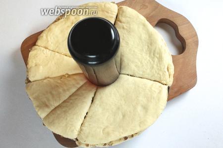 Поставить в центр стаканчик, разрезать пирог на 12 сегментов.