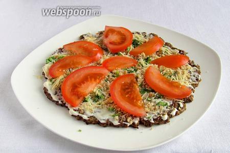 Посыпать зеленью, сыром и орехами. Выложить кружочки — ломтики помидор. Повторить несколько раз все слои.