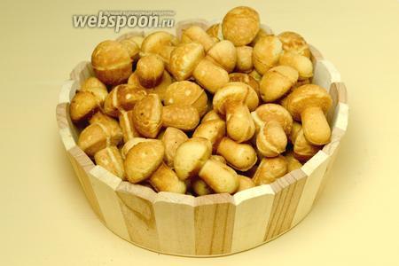 Вытряхиваем грибки из формы и печем следующую порцию в таком же порядке.