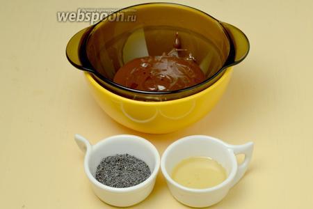 Подготавливаем ингредиенты для декора. Разогреваем глазурь при 75ºC, выливаем в мисочку, которую ставим в другую с горячей водой, чтобы глазурь не успела застыть, пока мы будем с ней работать. Насыпаем мак и наливаем немного сиропа.