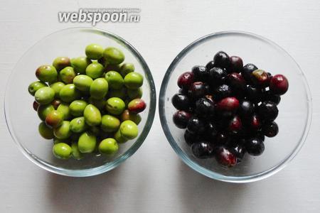 Оливки следует промыть и перебрать по степени зрелости, по цвету и размеру.