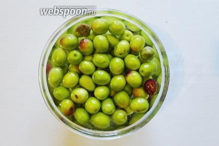 Затем оливки заливаем холодной водой. В течении 10 дней  выдерживаем их, меняя воду 2-3 раза вдень. Это нужно для того что бы ушла горечь. Если на ваш вкус оливки ещё горькие продолжаем вымачивать ещё на 2-3 дня.