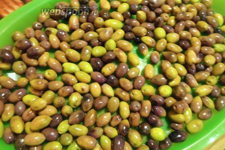 На 11 день, оливки выкладываем на поднос, так что бы они лежали в один слой. Оливки должны высохнуть от лишней влаги.