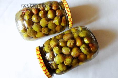Ставим банки в прохладное место, но не в холодильник. Выдерживаем оливки в рассоле, готовы они будут через 60-90 дней.