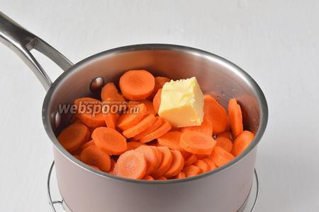 Поместить в сотейник морковь, воду и половину сливочного масла.