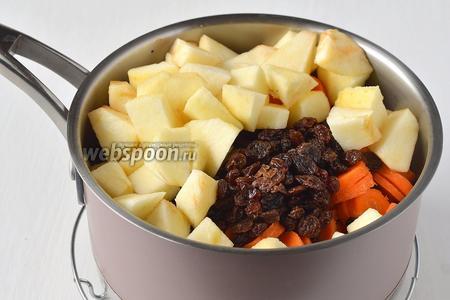 Добавить почищенные и порезанные на небольшие кусочки яблоки, остальное масло и подготовленный изюм.