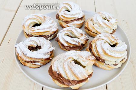 Из указанного количества продуктов получается 12 пирожных. Готовые пирожные подавать можно сразу.