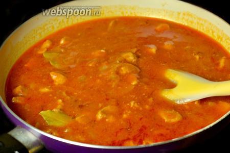 Переливаем густой соус к мясу с оставшимся бульоном, перемешиваем и доводим все вместе до кипения. Удаляем лавровый лист. Гуляш с подливой готов.