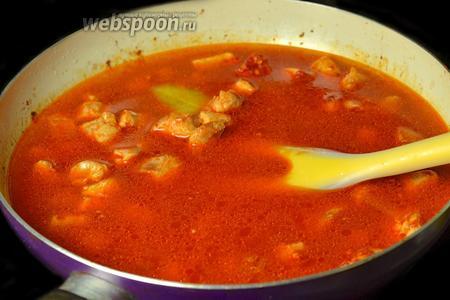 Заливаем мясо водой, добавляем соль, перец, лавровый лист и тушим под крышкой 40-60 минут.