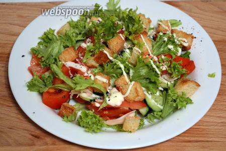 Далее снова укладываем помидоры, огурцы, поливаем майонезом и хаотично разбрасываем листья салата и поверх всего сухарики. Можно ещё разок чуток присолить и поперчить. Так оставляем до прихода гостей или до подачи на стол.