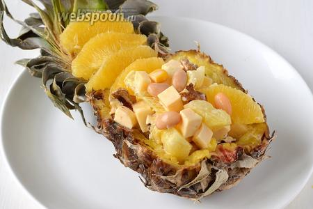 Перед подачей выложить салат в ананас.
