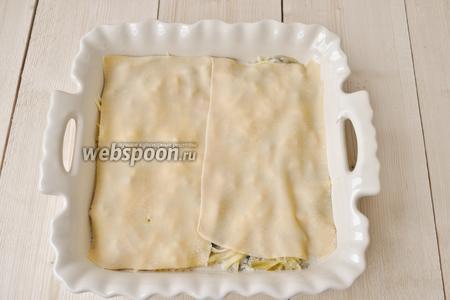 Выложим листы лазаньи и опять всё повторим. И так до заполнения формы. Получится три слоя начинки и четыре слоя листов лазаньи.