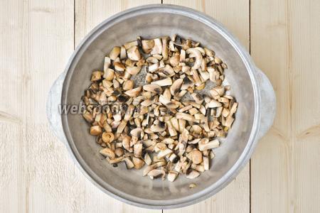 Приготовим грибное рагу для лазаньи. В сковороде, на масле, обжарим чеснок и добавим грибы. Всё немного обжарим.