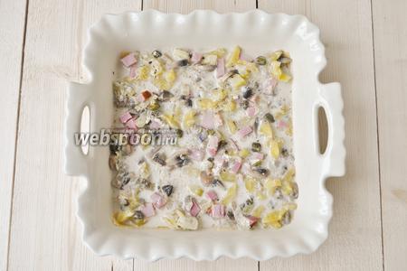На дно формы для запекания наливаем немного оливкового масла и выкладываем листы лазаньи. Листы катать как показано в рецепте  тесто для лазаньи . Затем кладём немного нарезанного кубиками бекона. Кладём два половника грибного рагу и разравниваем ложкой.
