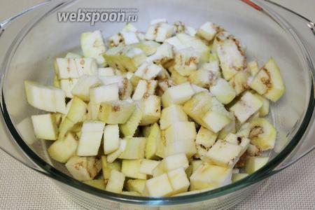 Баклажан очистить и нарезать кубиками, перетереть с солью, дать постоять, а потом промыть и отжать.