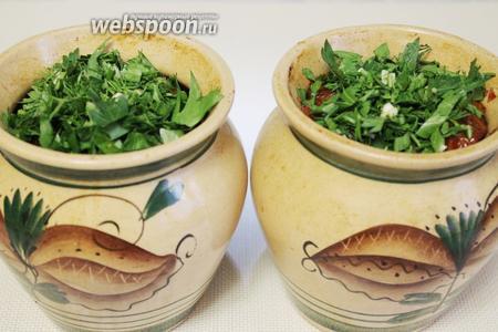 Приправить зеленью чанахи, прикрыть горшочки минут на 10, чтобы блюдо пропиталось ароматом заправки. Подавать в горшочках, чуть остудив, или выложить в глубокие тарелки.