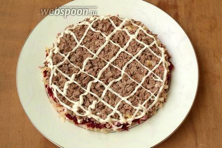 Варёное мясо нарезать кубиками выложить сверху сыра, смазать майонезом.
