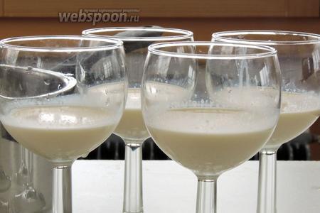 Аккуратно наполняем сливками бокалы на 1/4 часть. Переносим в морозильник на 10 минут. Должна образоваться плёнка, которая выдержит хурму.