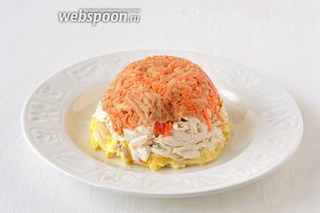 Салатник с салатом перевернуть на тарелку. Салатник и пищевую плёнку убрать.