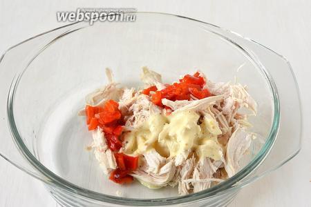 Куриное филе отварить, порвать руками на кусочки. Соединить с 20 г порезанного маринованного перца и 2 столовыми ложками майонеза.