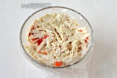 На яблочно-морковный слой выложить слой из курицы и перца. Утрамбовать ложкой.