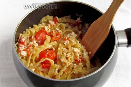 Добавить пасту к овощам вместе с оставшейся водой. Проверить на соль и добавить чего не хватает. Тушить всё вместе 3-4 минуты, чтобы жидкость выкипела.