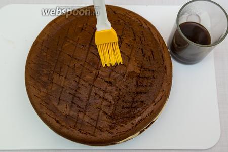 Вынимаем торт из холодильника, освобождаем от формы. Снимаем груз и полиэтилен. На корже сделаем насечки, хорошо пропитаем его кофе.