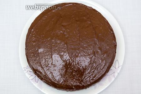 Покроем торт глазурью. Украсим по желанию. Всем приятного чаепития в обществе родных вам людей за праздничным новогодним столом!