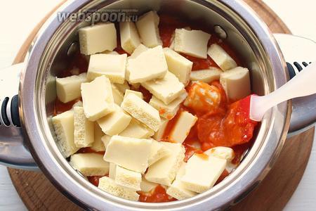Тыквенное пюре, перелить в кастрюлю (с толстым дном), добавить поломанный шоколад.