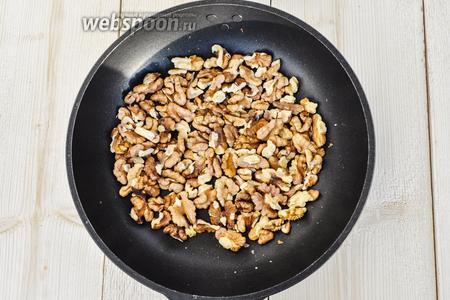 Грецкие орешки поломать на средние части и тоже немного обжарить или подсушить в духовке. Проделать то же и с арахисом.