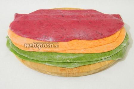 Затем, стол обильно посыпать мукой и тесто раскатать в тонкие пласты в 1-2 мм толщиной.