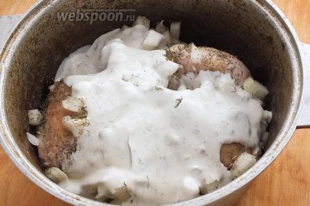 Добавьте соус и тушите на небольшом огне примерно 40 минут для обычного бройлера, 30 минут — для цыплёнка, более часа — для выгульной курицы! Через 20 минут тушения аккуратно влейте крахмальный раствор, перемешайте и готовьте дальше. Если соус получается очень густой, добавьте немного бульона. За 3 минуты до готовности добавьте мелко нарезанный чеснок.