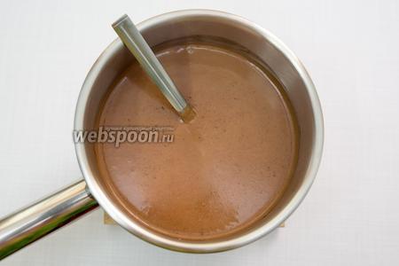 Снимаем с огня ковш, добавляем нарезанный на мелкие кусочки шоколад. У меня были шоколадные капли. Хорошо размешаем, до полного растворения шоколада. Должна получиться однородная смесь.