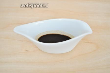 В горячей воде растворить кофе и если хотите получить более насыщенный цвет печенья можете добавить ложку какао. В горячей воде какао потемнеет, и цвет теста будет более насыщенный.