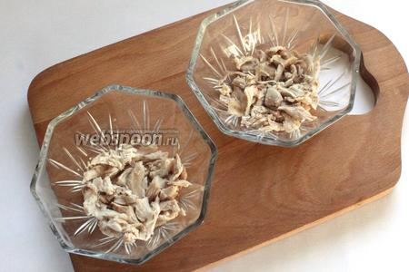 Первый слой салата — курица, затем нанести майонезную сеточку.