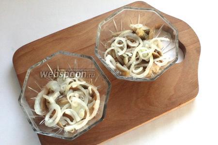 Второй слой — грибы и лук, предварительно порезанный полукольцами и замаринованный с уксусом на 30 минут. Снова майонезная сетка.