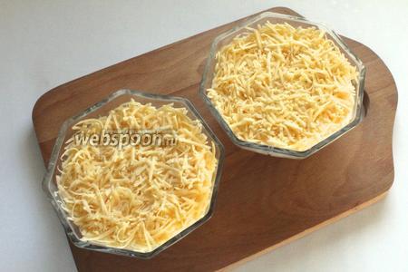 Четвертым слоем посыпать сыр, натёртый на средней тёрке.