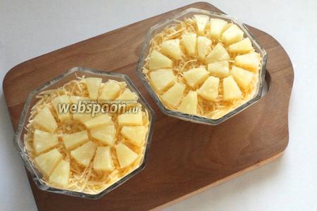 Завершает слои ананас, украсить им салат или просто выложить верхним слоем. Перед подачей охладить.