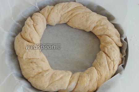 В выстланную  пекарской бумагой форму или противень выкладываем косу в форме венка.