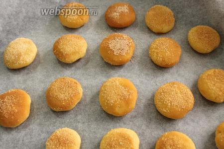 Противень застелить пекарской бумагой. Выложить изделия на небольшом расстоянии друг от друга и выпекать в предварительно нагретой до 180°C духовке 10-12 минут.