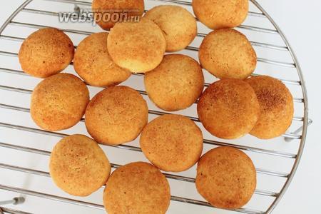 Готовое печенье остудить на решётке.