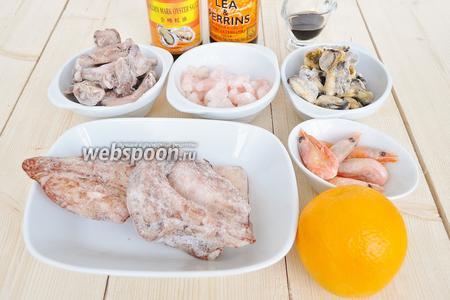 Для морского коктейля используем креветки, мидии, кальмары и щупальца кальмаров. Морепродукты замороженные.
