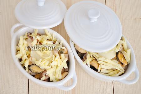 Посыпать тёртым твёрдым сыром. Накрыть крышками или завернуть в фольгу, если крышек нет. Поставить в духовку при 190ºC на 10 минут. Потом крышки снять и оставить ещё на 2 минуты.
