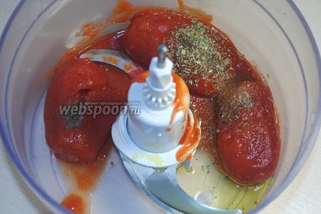 Пока набухает желатин, поместить томаты, чеснок, оливковое масло и специи (у меня соль, сахар, чёрный перец, сухой базилик) в комбайн. Измельчить всё в пюре.