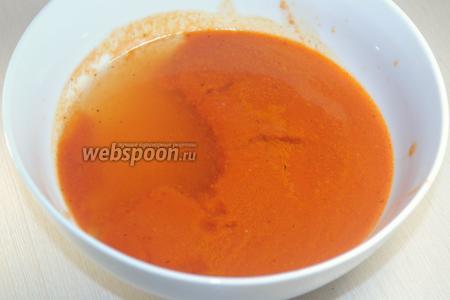 Набухший желатин развести до жидкого состояния на водяной бане и добавить в остывшую томатную массу. Тщательно перемешать.
