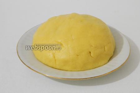 Мягкое песочное тесто накрываем пищевой плёнкой и оставляем на 30 мин в холодильнике.