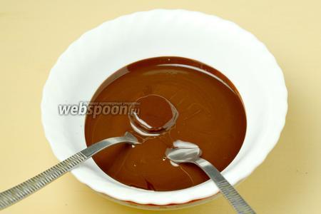 С помощью двух вилок окунаем кружки банана в шоколад, чтобы он покрыл их со всех сторон.