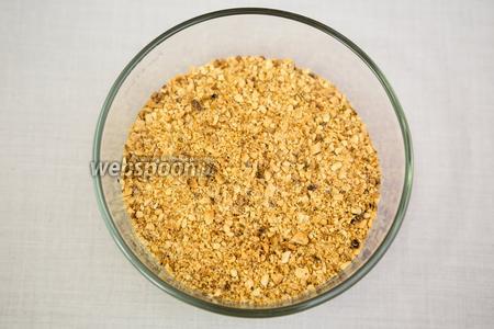 Смешиваем перемолотый арахис и панировочные сухари.